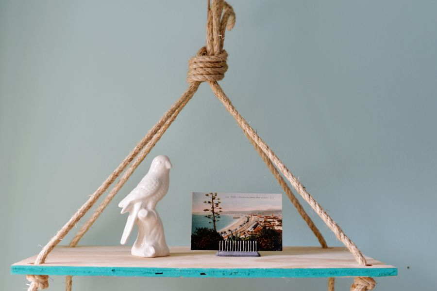 Flexible Ways To Decorate With Hanging Shelves 84127 thumb