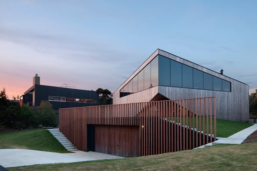 byrne architects places aireys house along the australian coastline 182470 thumb